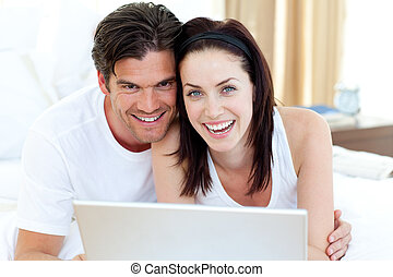 ordinateur portable, lit, leur, utilisation, sourire, couple, mensonge
