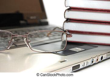 ordinateur portable, lunettes, livres