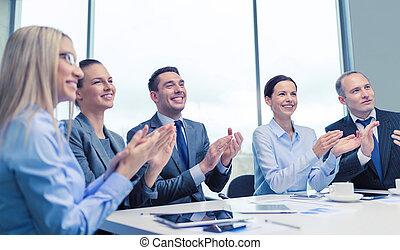 ordinateur portable, mains applaudissant, equipe affaires