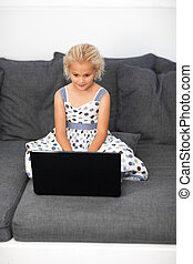 ordinateur portable, maison, girl, utilisation, jeune