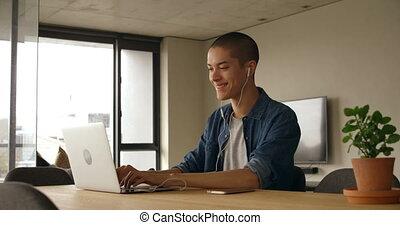 ordinateur portable, maison, musique, quoique, utilisation, homme, 4k, écoute