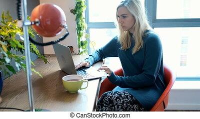 ordinateur portable, maison, utilisation, 4k, femme