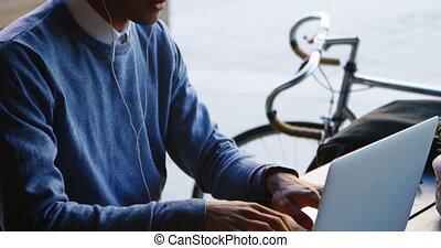 ordinateur portable, musique, quoique, utilisation, homme, 4k, écoute, table