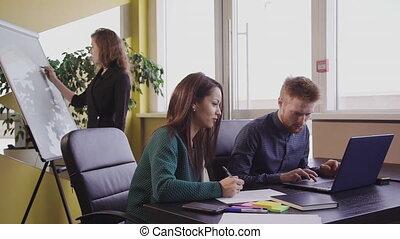 ordinateur portable, ofice, travail, spécialistes, table, room., groupe, américain