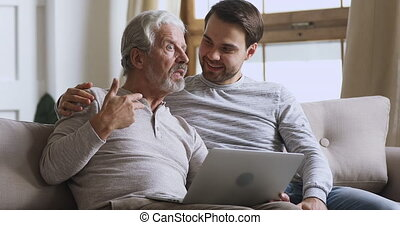 ordinateur portable, père, discuter, nouvelles, personnes...