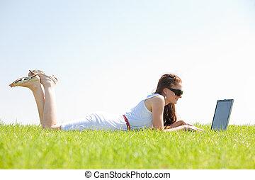 ordinateur portable, parc, oung, femme, utilisation, herbe, mensonge