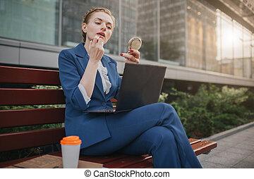 ordinateur portable, person., multitâche, rue, avoir, hâte, occupé, rouge lèvres, fonctionnement, faire, même, temps, pc, time., aller, tasks., femme, multiple, business, ouvrier, pas, demande, femme affaires, travail, haut, elle