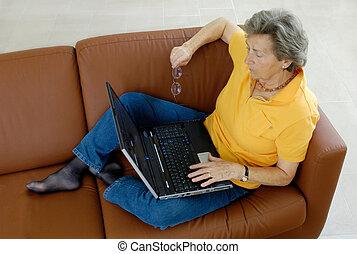 ordinateur portable, personne âgée femme, divan