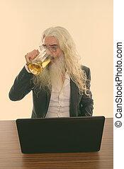 ordinateur portable, personne agee, studio, barbu, verre, bière, coup, boire, table bois, homme affaires