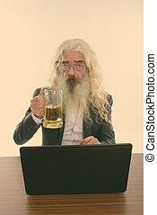 ordinateur portable, personne agee, studio, barbu, verre, bière, tenue, coup, table bois, homme affaires