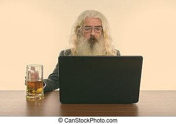 ordinateur portable, personne agee, utilisation, barbu, studio, verre, bière, coup, table bois, homme affaires