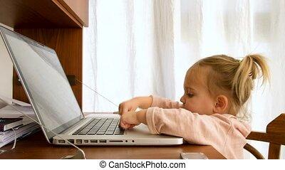 ordinateur portable, peu, utilisation, enfantqui commence à marcher, intelligent, elle, girl