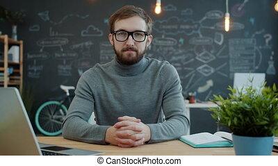 ordinateur portable, regarder, portrait, visible, informatique, lunettes, séance homme, appareil photo, jeune, bureau