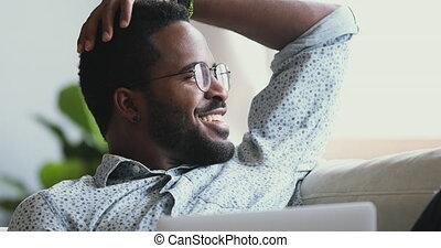 ordinateur portable, satisfait, homme, africaine, heureux, relâcher, rêver, loin, regarder