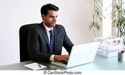 ordinateur portable, sien, fonctionnement, homme affaires, sérieux