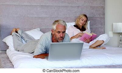 ordinateur portable, sien, mensonge, homme, lit