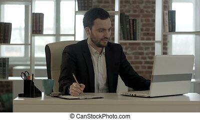 ordinateur portable, sourire, bureau, homme