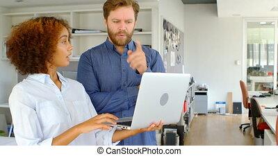 ordinateur portable, sur, cadres, femme, mâle, discuter, 4k