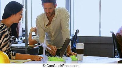ordinateur portable, sur, collègues affaires, discuter, 4k