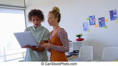 ordinateur portable, sur, vue, collègues affaires,...