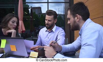 ordinateur portable, trois, regarder, équipe, écran, ouvriers
