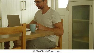 ordinateur portable, utilisation, cuisine, homme, 4k, table