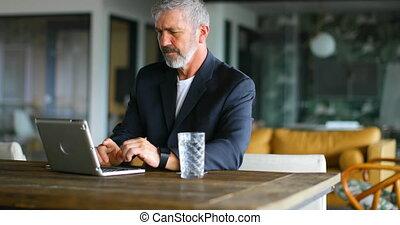 ordinateur portable, utilisation, homme affaires, table, 4k