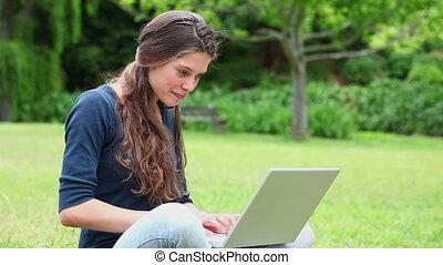 ordinateur portable, utilisation, sourire, brunette, femme