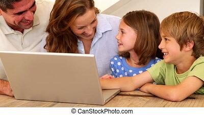 ordinateur portable, utilisation, sourire, ensemble, famille