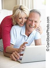 ordinateur portatif, couple, personne agee, elle