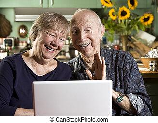 ordinateur portatif, couple, personne agee, sourire