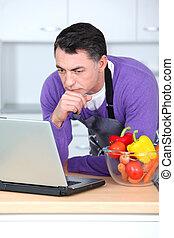 ordinateur portatif, cuisine, homme