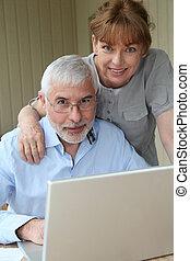 ordinateur portatif, utilisation, maison, couples aînés