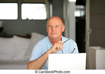 ordinateur portatif, utilisation, maison, homme aîné