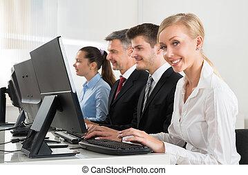 ordinateurs, businesspeople, fonctionnement, bureau