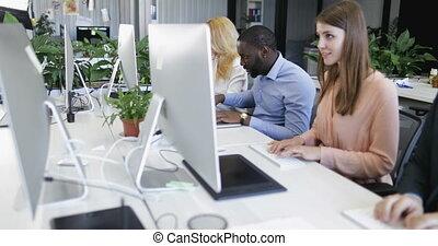 ordinateurs, collègues, occupé, groupe, business, gens fonctionnement, moderne, businesspeople, coworking, équipe, utilisation, centre