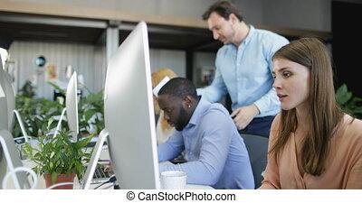 ordinateurs, collègues, occupé, groupe, fonctionnement, business, espace, moderne, gens, businesspeople, mélange, coworking, course, équipe
