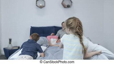 oreillers, famille, enfants, baston, parents, chambre à coucher, amusement, lit, avoir, heureux