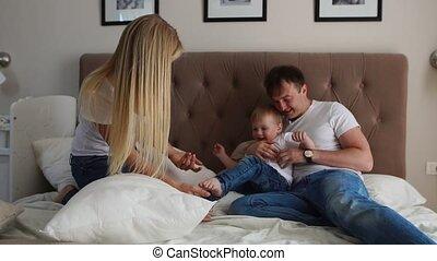 oreillers, famille, lit, baston, maison, jouer, heureux