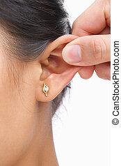 orelha, beliscando, dedo, mulher