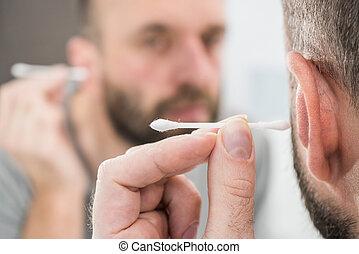 orelha, usando, homem, q-gorjeta, removendo, cera