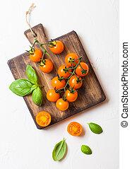 orgánico, naranja, éxtasis, cereza, vid, fondo., tablade picar, albahaca, blanco, tomates, cocina