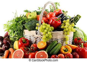 orgânica, legumes, e, frutas, em, cesta feito vime, isolado, branco