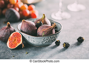 Organic raw figs with blackberries in a bowl.