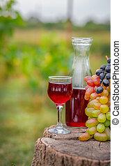 organico, frutta, in, cesto, in, estate, grass., caraffa, e, vetro, di, vino.