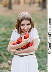 organique, enfantqui commence à marcher, pomme, girl, manger, récolte, orchard., tarte, beau, harvest., jardin, automne, concept., fruits