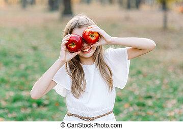organique, fruits, enfantqui commence à marcher, récolte, figure, concept., devant, pomme, elle, tarte, girl, manger, park., beau, tenue, orchard., harvest., jardin, automne