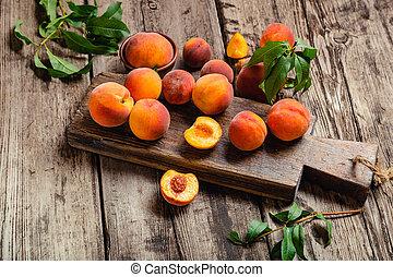 organique, ou, nourriture, table, juice., découpage, feuilles, mûre, peaches., juteux, récolte, halves., fruit, pêche, planche, pêches, bois, frais