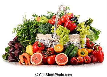 organisk, grönsaken, och, frukter, in, flätverk korg, isolerat, vita