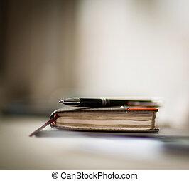 organizador personal, y, pluma, en, escritorio de oficina